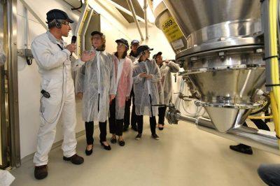 Muriel Pénicaud en visite à l'usine BCF Life Sciences de Pleucadeuc
